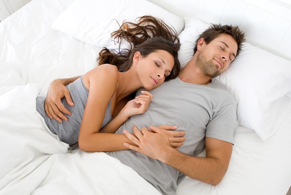 Девушка на плече у парня лежит